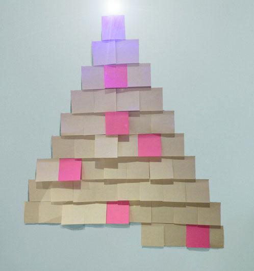 Applicazione Post It a piramide da un'altezza di circa 200cm