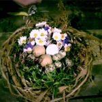 Nido di uova e fiori